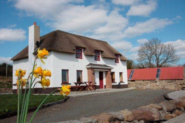 inishmuck-holiday-cottage-outside-1-600x400